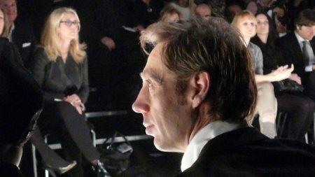 Nick Knight sitzt in der ersten Reihe von der Eröffnungsschau des Labels Schumacher der Berlin Fashion Week.