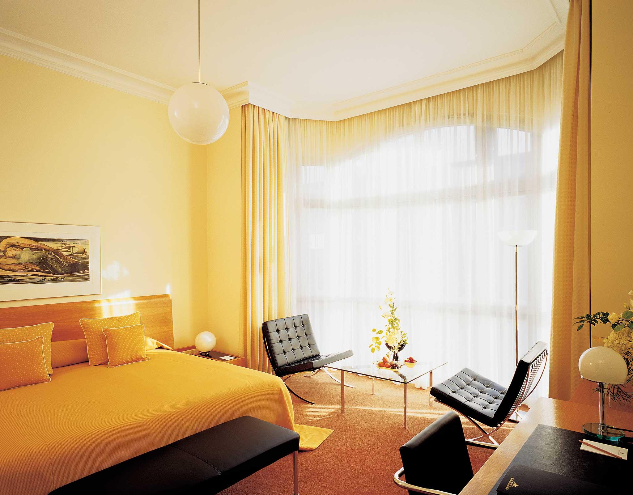 Die Zimmer werden geprägt durch eine Mischung aus Gründerzeit und Bauhaus, Chinoiserien und Eiche.
