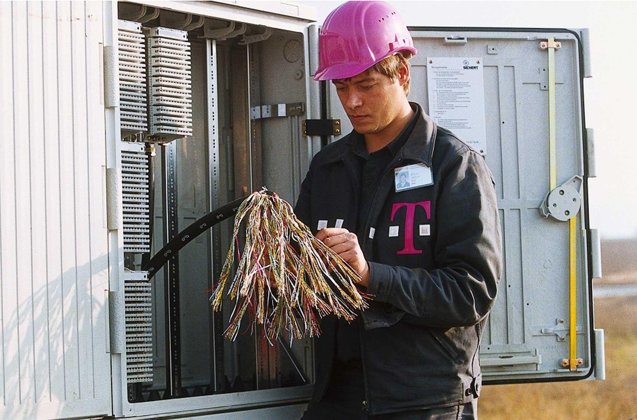 Kompetenz durch kompetente Kleidung – die Arbeitskleidung der Telekom ist ein Lehrbeispiel für Coporate Fashion. Möglich wurde die Qualität durch die Zusammenarbeit von Corporate Design, Mode Design, Telekom und Hersteller.