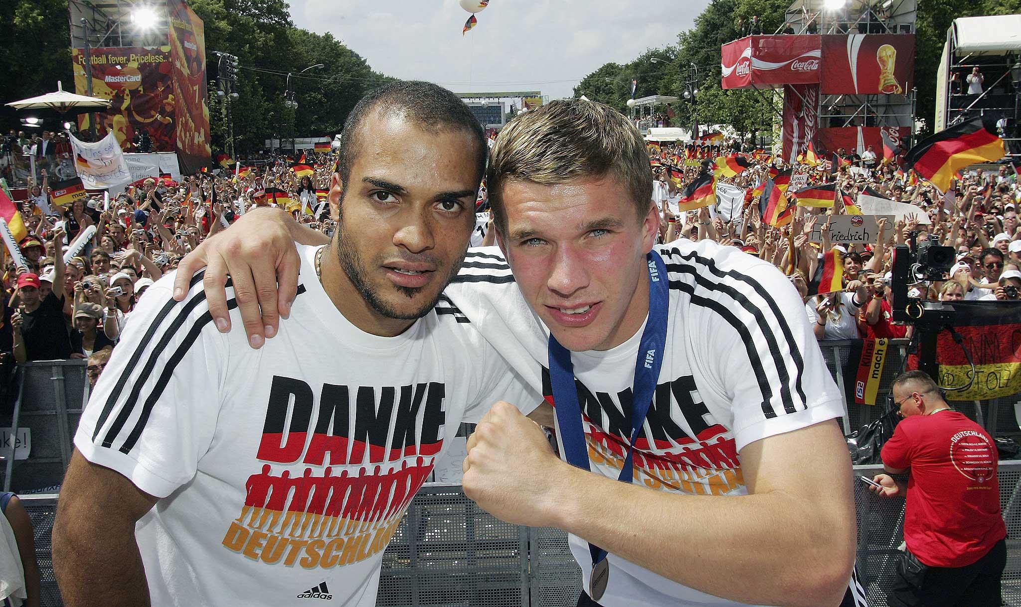 """Die Fußballweltmeisterschaft 2006 gilt als """"Deutsches Sommermärchen"""", hier Lukas Podolski und David Odonkor auf der Fanmeile in Berlin."""