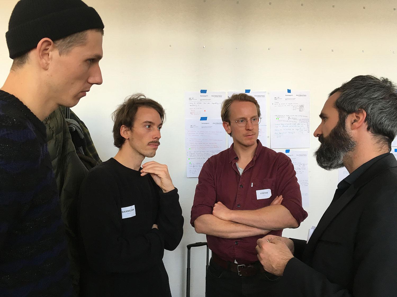 Arne Soltau, Stefan Träger (UdK) und Stephan Schindele (Fraunhofer ISE) diskutieren die Technologie. © Joachim Schirrmacher