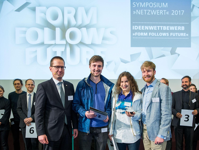 Preisverleihung an Claudia Lausegger, Piet Schmidt (UdK) und Felix Drewes (Fraunhofer Fokus) © Marc Müller