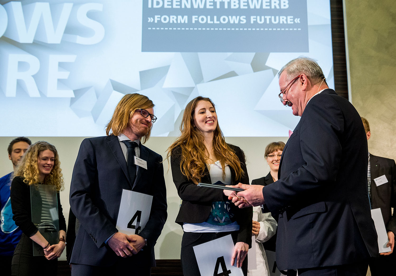 Preisverleihung an Anja Lietzau (Hochschule München) und Tim Bastian Klaus (Fraunhofer LBF Darmstadt). © Marc Müller
