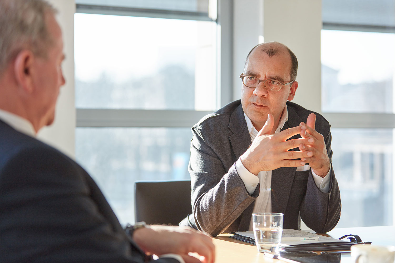 Joachim Schirrmacher im Gespräch mit Prof. Dr. Reimund Neugebauer, Präsident der Fraunhofer-Gesellschaft. Foto: © Bernhard Ludewig