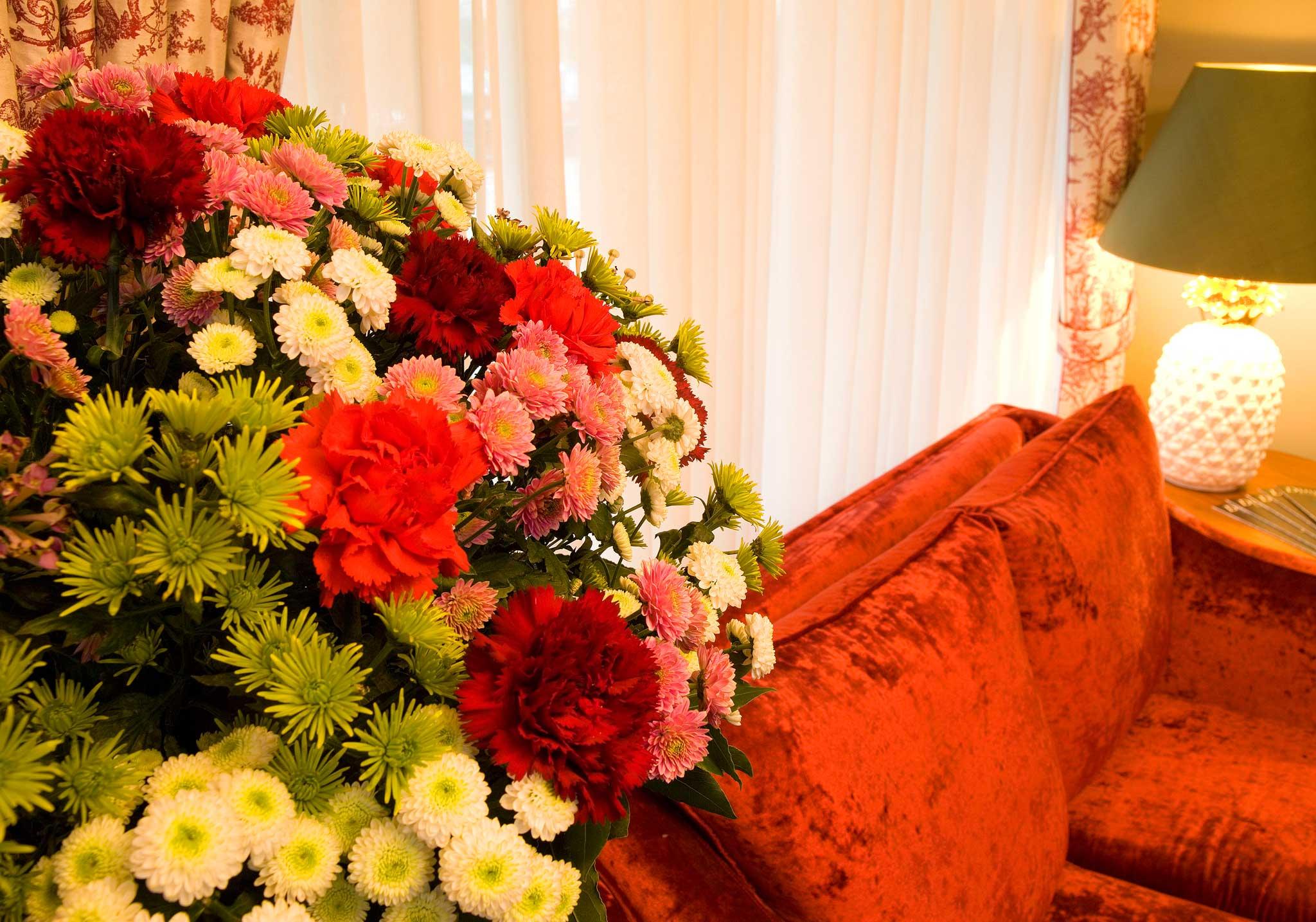 Im ganzen Haus stehen immer frische Blumen.