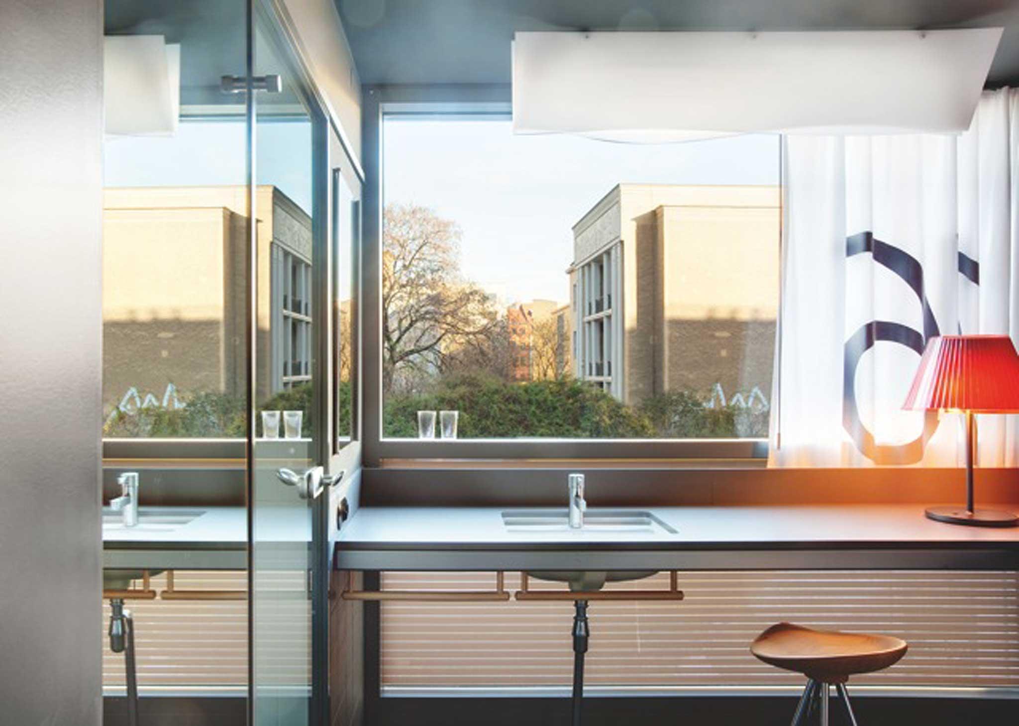Die meiste wache Zeit im Hotelzimmer wird im Bad verbracht. Daher liegt es am Fenster.
