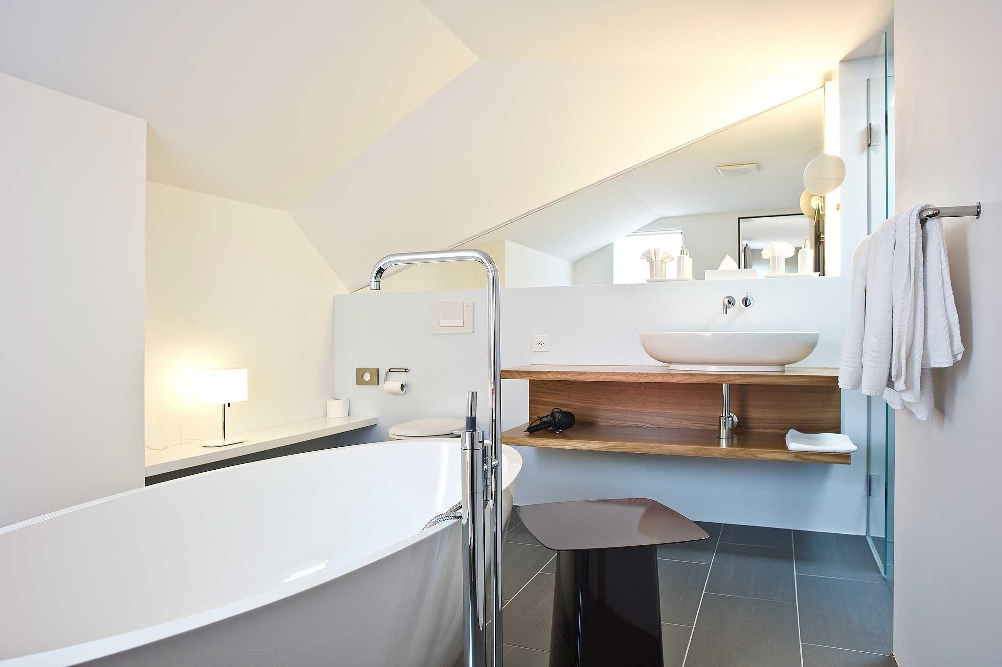 Die Wanne im großzügigen Bad von Zimmer 414 wurde von Hannes Wettstein entworfen.