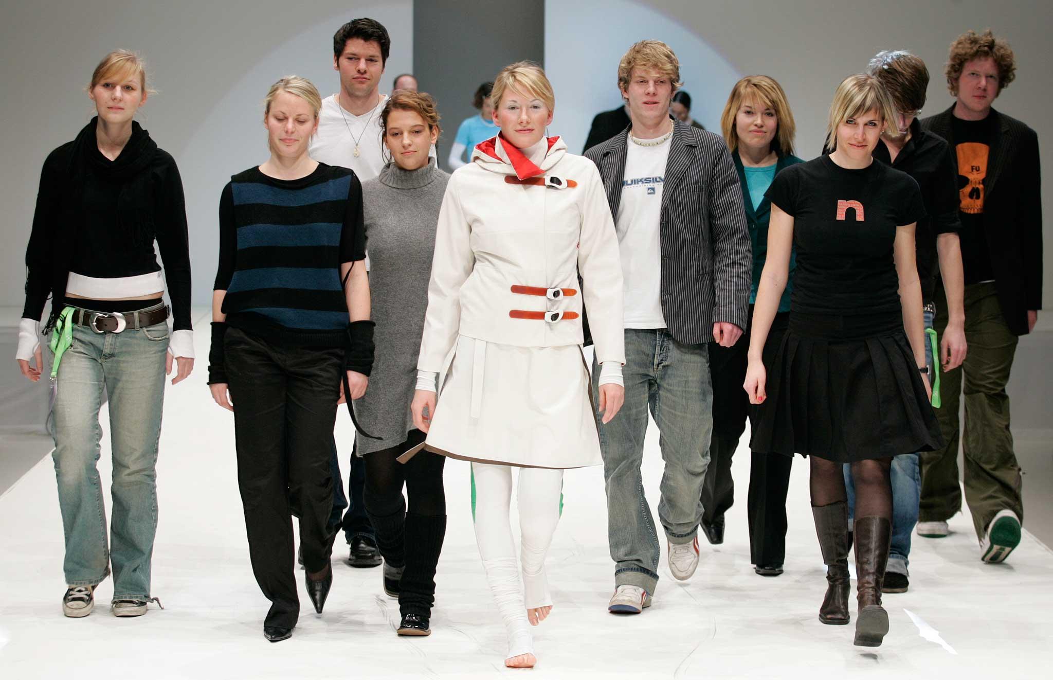 """Studierende der Hochschule Pforzheim enwarfen eine vom Snowboardsport inspirierte Streetwear-Kollektion. Sie gewannen damit den 1. Preis des European Fashion Award FASH 05 der Stiftung der Deutschen Bekleidungsindustrie unter dem Thema """"sports inspired fashion""""."""