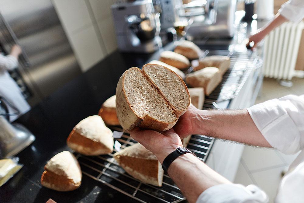 Alle Brot sind gelungen. Dennoch sieht man zwischen dem luftigsten Brot der Häussler (links) und den beiden festesten von Bosch und Kitchenaid einen eindeutigen Unterschied von 30 Prozent im Volumen. Foto: © Bernhard Ludewig