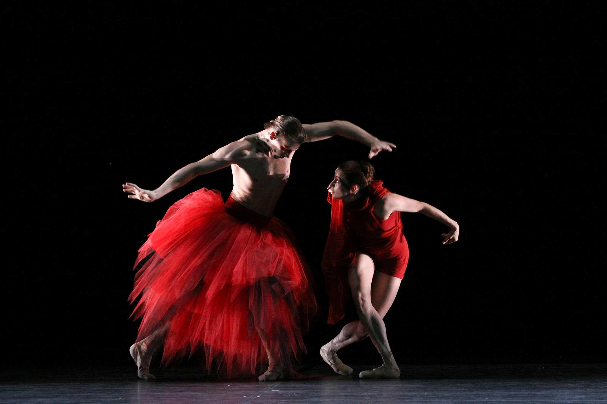Edvin Revazov und Patricia Tichy tanzen im Kranichkostüm.