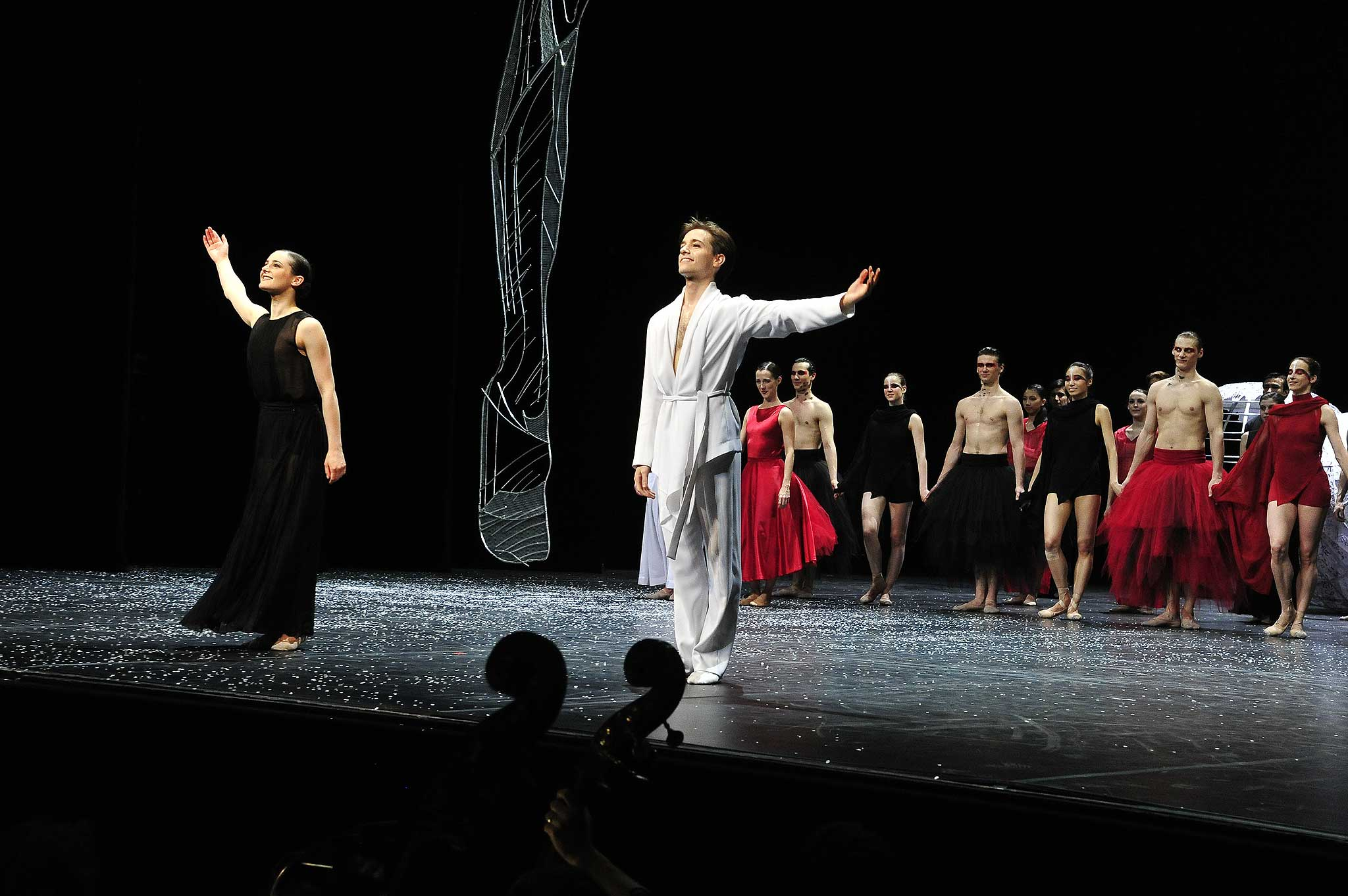 """Ballet """"Renku"""" nach einer japanischen Gedichtsform. Kostüme: Michael Court, Choreografie und Bühnebild: Orkan Dann und Yuka Oishi."""