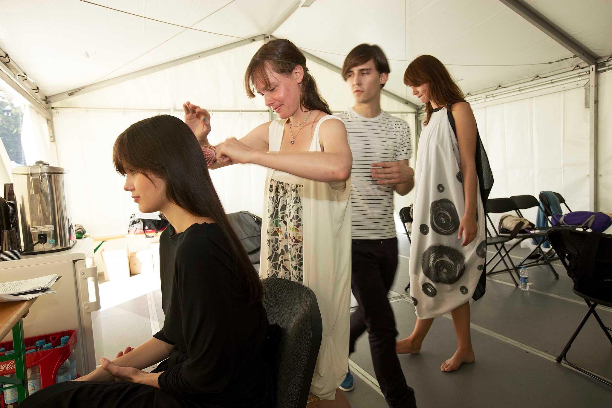Backstage: von Links: Victoria (Viva Models), Clara Leskovar (c.neeon), Michael Court (Preisträger European Fashion Award) Cosima (Viva Models) in Kleidern von Michael Court.