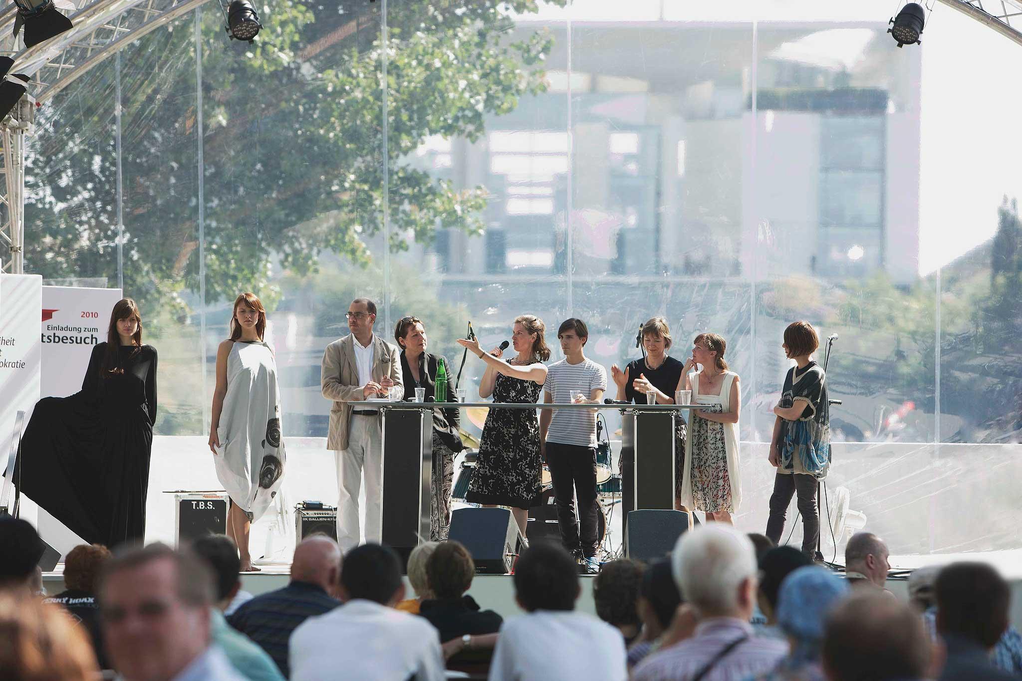 Wie sich die Einheit auf die Mode ausgewirkt hat, diskutierten am Tag der offenen Tür der Bundesregierung auf der Bühne im Kanzlerpark Modemacher und -experten.