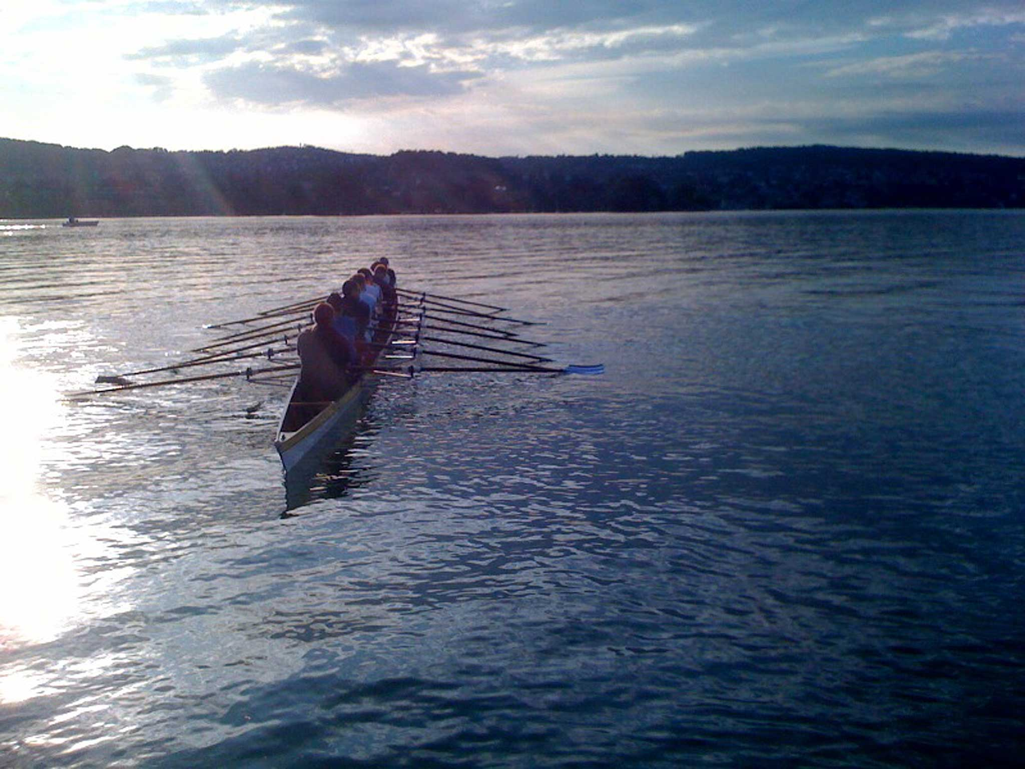 Aus Spaß an der Freude, aber auch um die Unternehmenskultur zu stärken, geht die Mannschaft von Freitag jede Woche einmal morgens früh auf den Zürichsee.