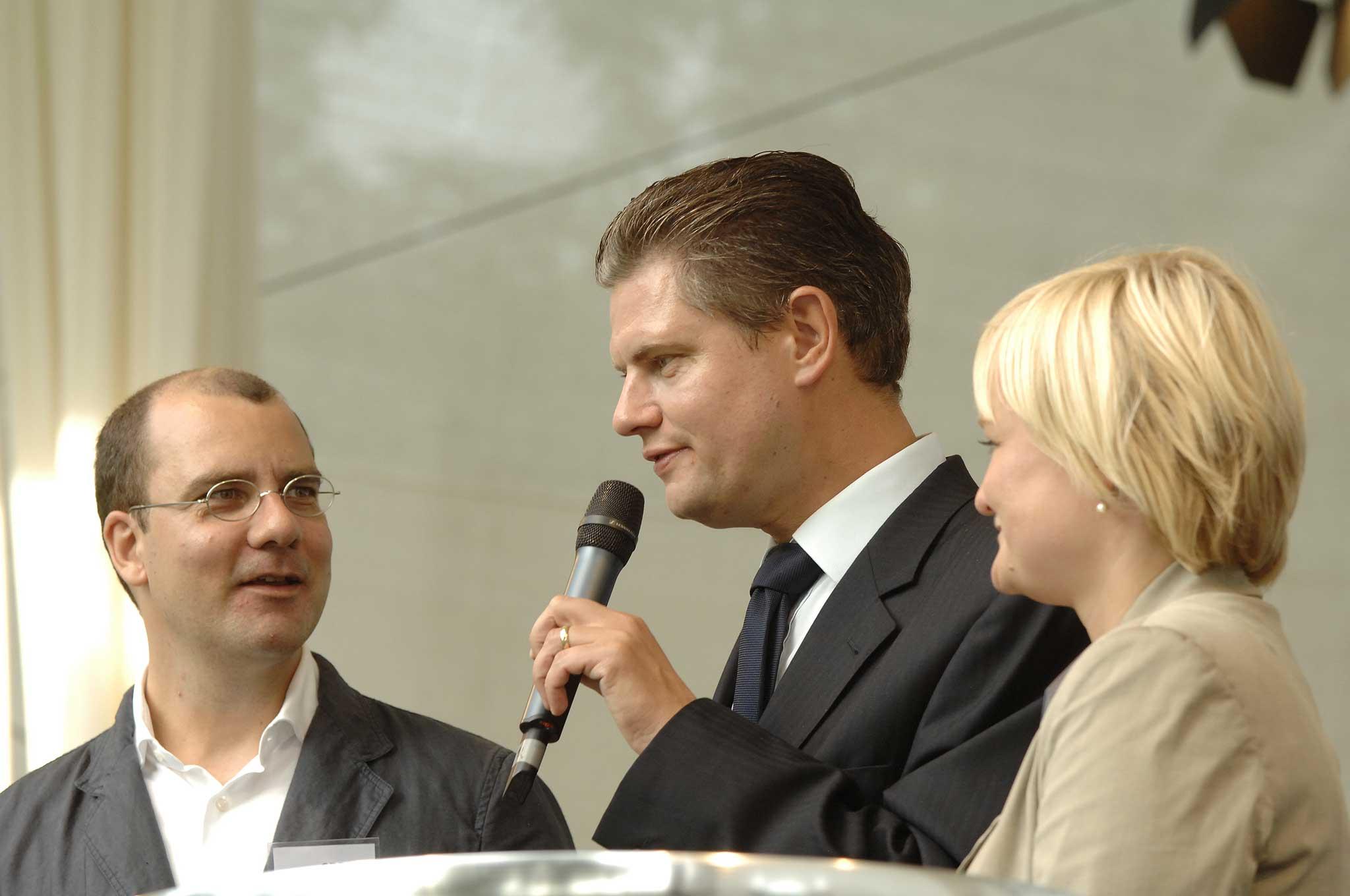 Auf der Bühne im Park des Bundeskanzleramts stellte die SDBI ihre Arbeit vor.