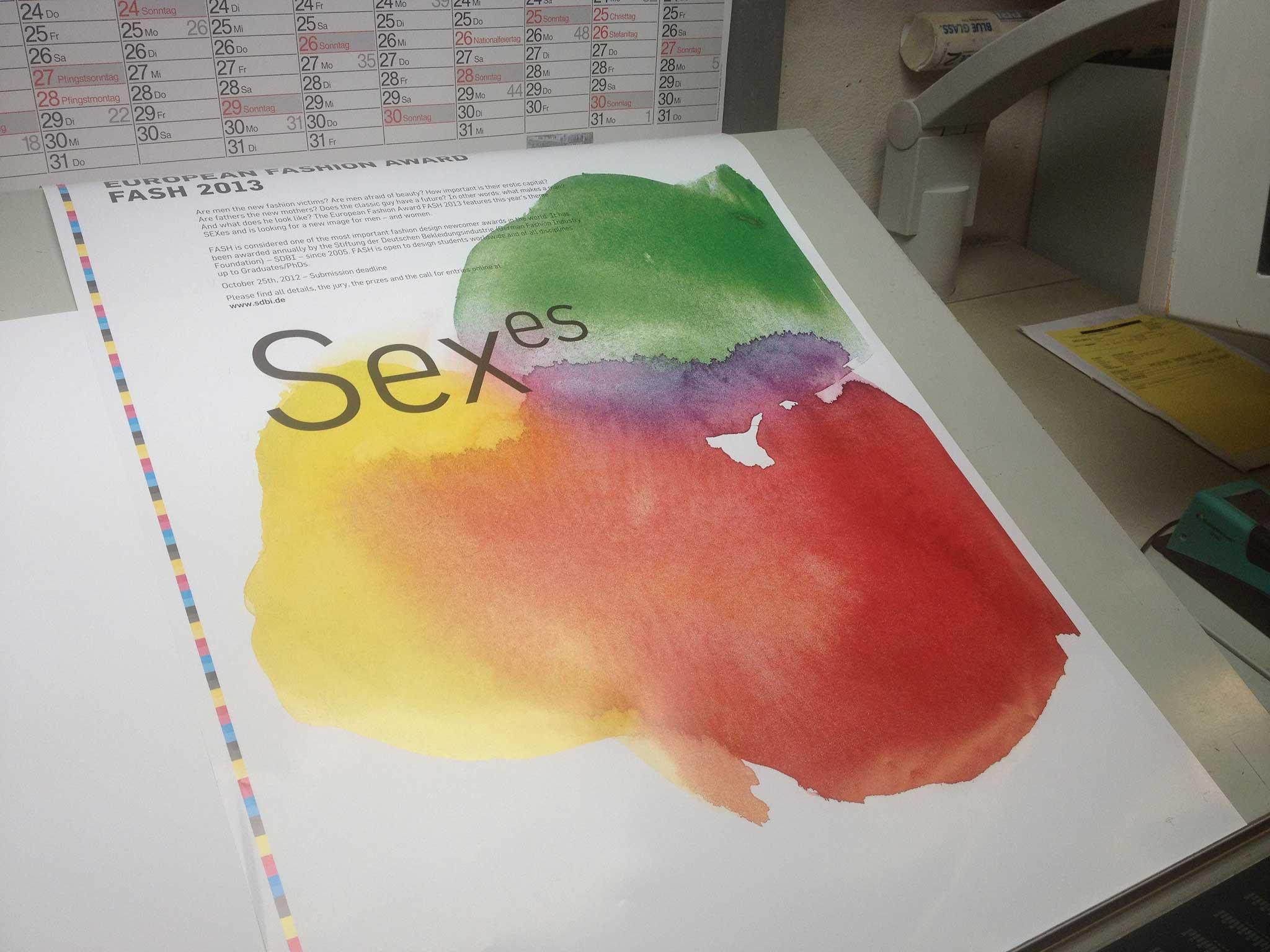 Durch das helle Licht in der Druckerei wirken die Farben auf dem Foto blasser als in der Realität.