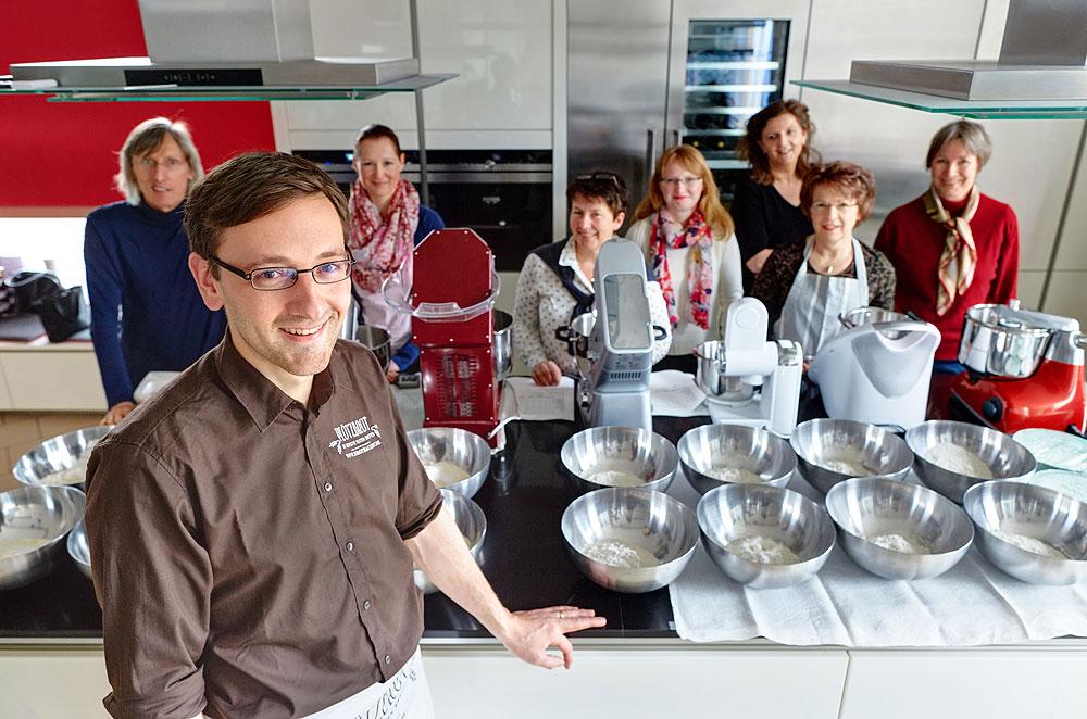 Zusammen mit Lutz Geißler sowie sieben erfahrenen Hobbybäckern haben wir die wichtigsten Küchenmaschinen getestet. Foto: © Bernhard Ludewig
