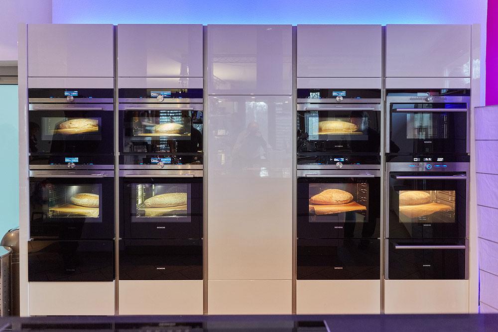 Um unter Haushaltbedingungen dieselben Bedingungen zu schaffen, haben wir in der Kochbar Berlin von Alo G. Theis getestet, die mit acht Backöfen bestens ausgestattet ist. Foto: © Bernhard Ludewig