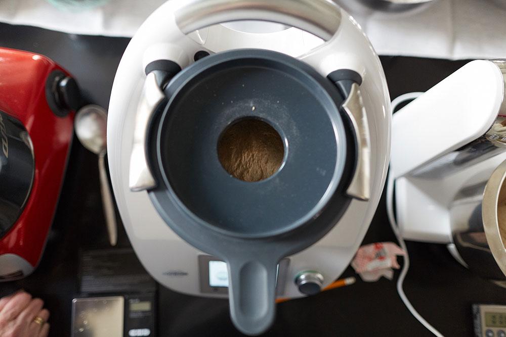Der Thermomix startet nur, wenn der Deckel fest verriegelt ist, man kann nur durch ein kleines Einfüllloch beobachten was in ihm vorgeht. Das macht ein Beobachten der Teigentwicklung nahezu unmöglich. Foto: © Bernhard Ludewig